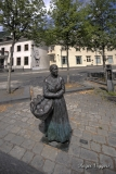 Simons-Margreta  with a basket of bread